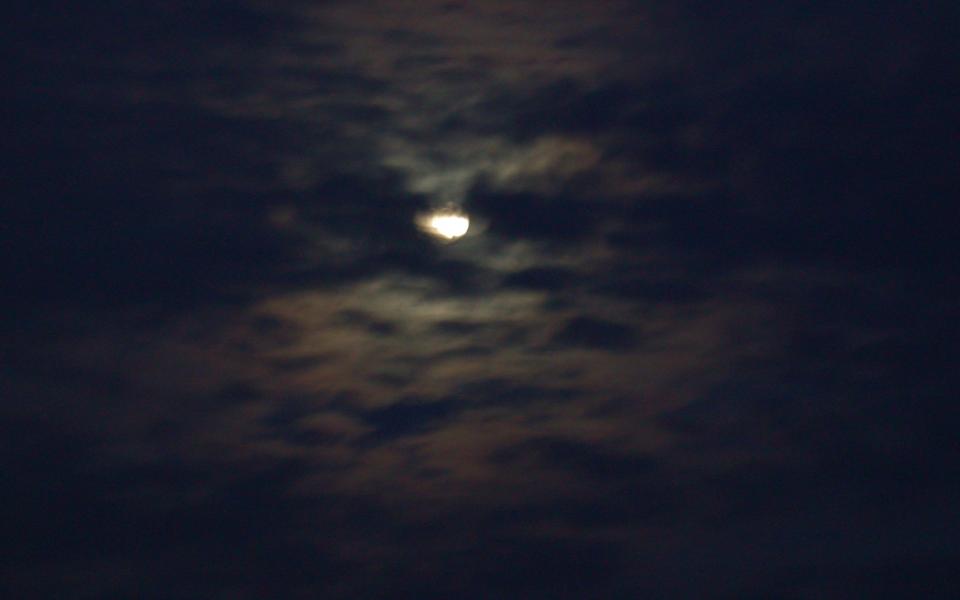 gewoon-mooi_maan-schijnt-door-de-wolken-960x600_c