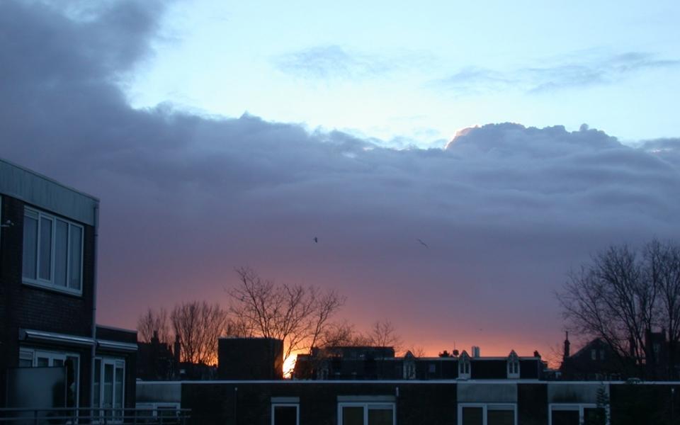 zon_achter_donkere_wolk